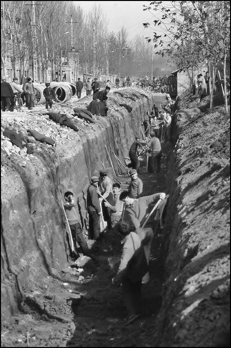 China in the early 1980s: 1000 men + 1000 shovels = 1 pipeline